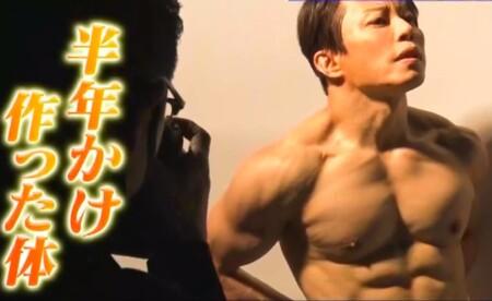 西川貴教のカットがかかる胸や肩の筋肉。写真集撮影風景