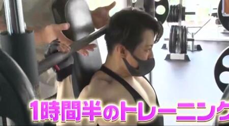 西川貴教の僧帽筋の筋肉。スミスマシンで三角筋にアプローチ