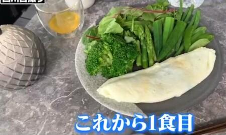 西川貴教の朝食。ホワイトオムレツに緑の野菜たっぷり