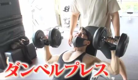 西川貴教の筋肉。ダンベルプレスで胸筋上部にアプローチ