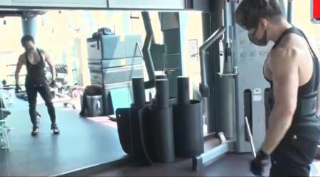 西川貴教の筋肉。トレーニングの合間に鏡でチェック