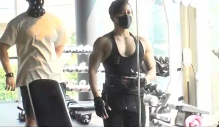 西川貴教の筋肉。鏡で筋トレの負荷のかかり方をチェック