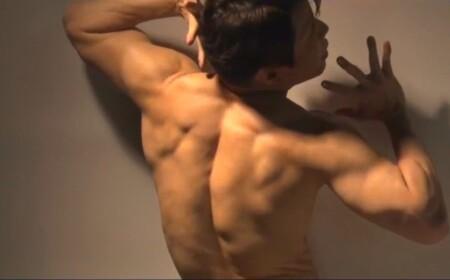 西川貴教の背中の筋肉。写真集撮影風景