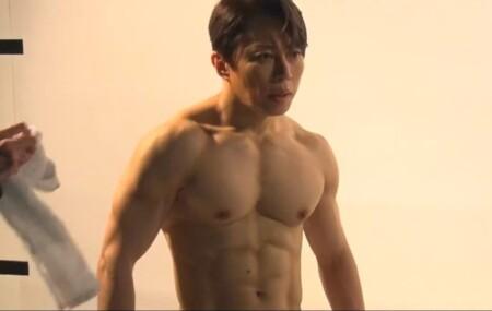 西川貴教の胸や腹筋の筋肉。写真集撮影風景