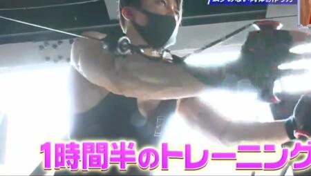 西川貴教の腕の筋肉。ケーブルでェストフライスで大胸筋下部にアプローチ