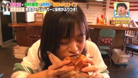 せっかくグルメ高崎編 豪快にハンバーガーにかじりつく森七菜