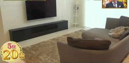 ココリコ遠藤章造の自宅 2階20帖リビングのソファとテレビ