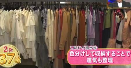 ダレノガレ明美の自宅 衣裳部屋のウォークインクローゼット 色物コーナー