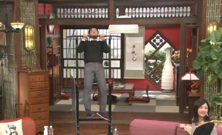 横浜流星のプレゼントの懸垂マシンで懸垂をする明石家さんま