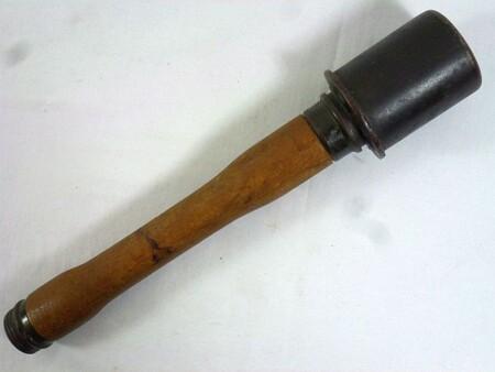 ルパン三世 カリオストロの城 ルパンが乗るフィアットに向けて投げられるM24型柄付手榴弾