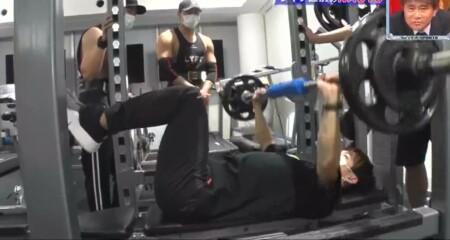 EXILE NAOTO 胸筋のトレーニングは足上げのベンチプレス