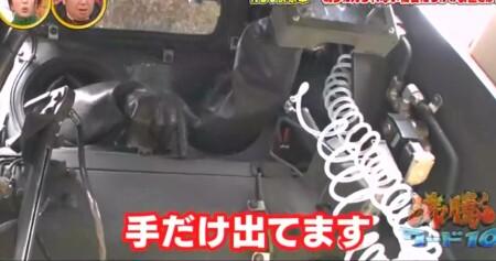 沸騰ワード カズレーザーが自衛隊化学学校で対テロリスト訓練&NBC偵察車搭乗 車両後部の人の手