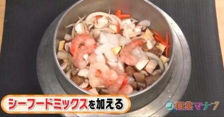 相葉マナブ 第14回釜飯グランプリのレシピ全6種類 天丼っぽい釜飯 シーフードミックスを入れる