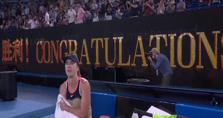 全豪オープンの会場スポンサーにある「國1573」のロゴマークと試合後のメッセージ胜利の意味