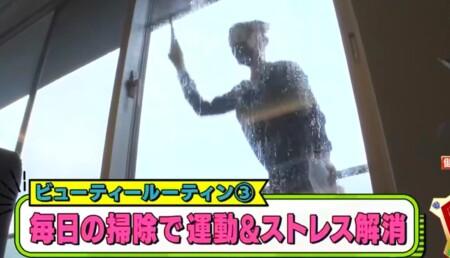 ダレノガレ明美のジムトレーニングやお風呂・自宅ルーティンを公開。窓掃除も自分で