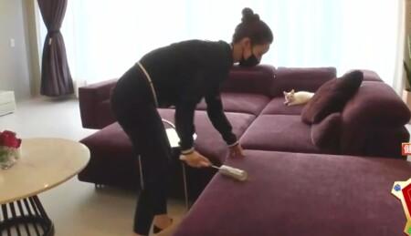 ダレノガレ明美のジムトレーニングやお風呂・自宅ルーティンを公開。紫のソファはコロコロで掃除