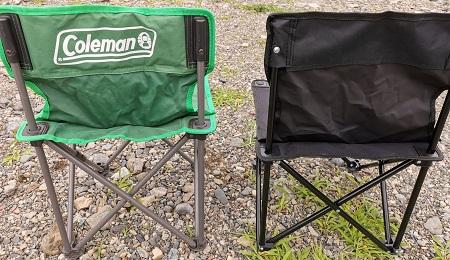 ダイソーキャンプギア 500円折りたたみキャンプ椅子とコールマン コンパクトクッションチェアの背面比較
