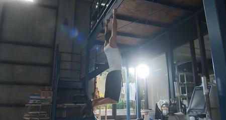 TOKYO MER 喜多見チーフ(鈴木亮平)の筋肉&筋トレシーンまとめ 第1話 懸垂シーン ボトムポジション