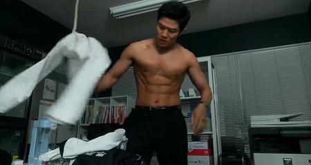 TOKYO MER 喜多見チーフ(鈴木亮平)の筋肉&筋トレシーンまとめ 第1話 着替えシーン2の腹筋