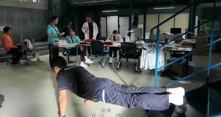 TOKYO MER 喜多見チーフ(鈴木亮平)の筋肉&筋トレシーンまとめ 第1話 足上げ腕立て伏せ