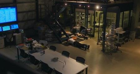 TOKYO MER 喜多見チーフ(鈴木亮平)の筋肉&筋トレシーンまとめ 第2話 腕立て伏せシーン 暗い部屋で黙々
