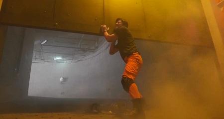 TOKYO MER 喜多見チーフ(鈴木亮平)の筋肉&筋トレシーンまとめ 第9話 超重量級シャッターを持ち上げる千住隊長