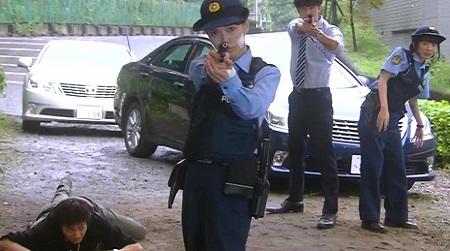 『ハコヅメ』ドラマ実写化キャストと漫画原作キャラクターの絵を比較 実写版 拳銃を構える藤とストラップ状態の川合