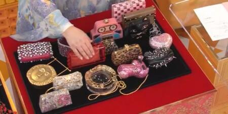 マツコの知らない世界 何も入らないバッグの世界 叶姉妹のバッグコレクションを手に取るマツコ